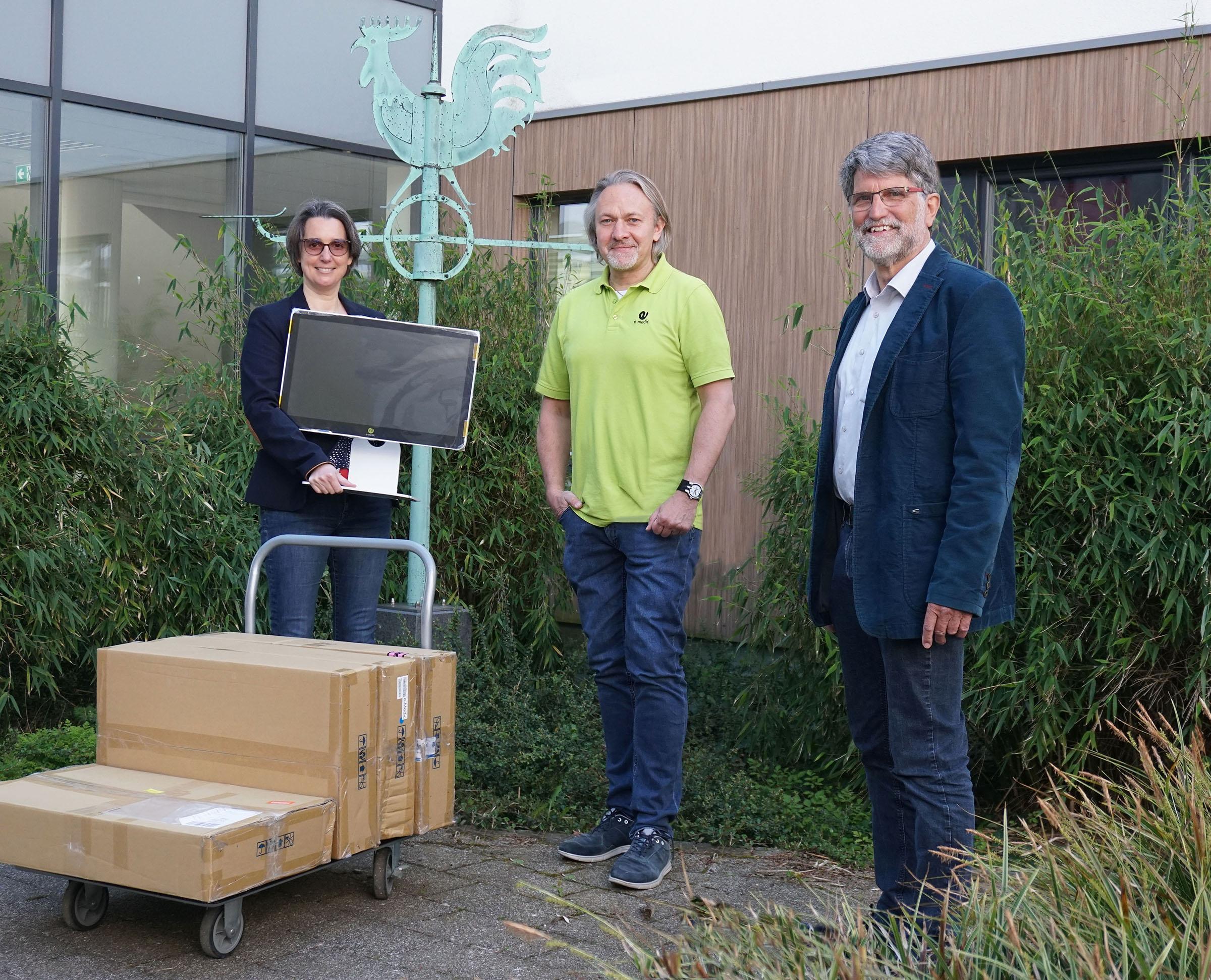 Baaske-Medical-Pressefoto-bergabe-PC-Stadtschule-L-bbecke-Anke-Schrader-Andreas-Baaske-Michael-Hafner